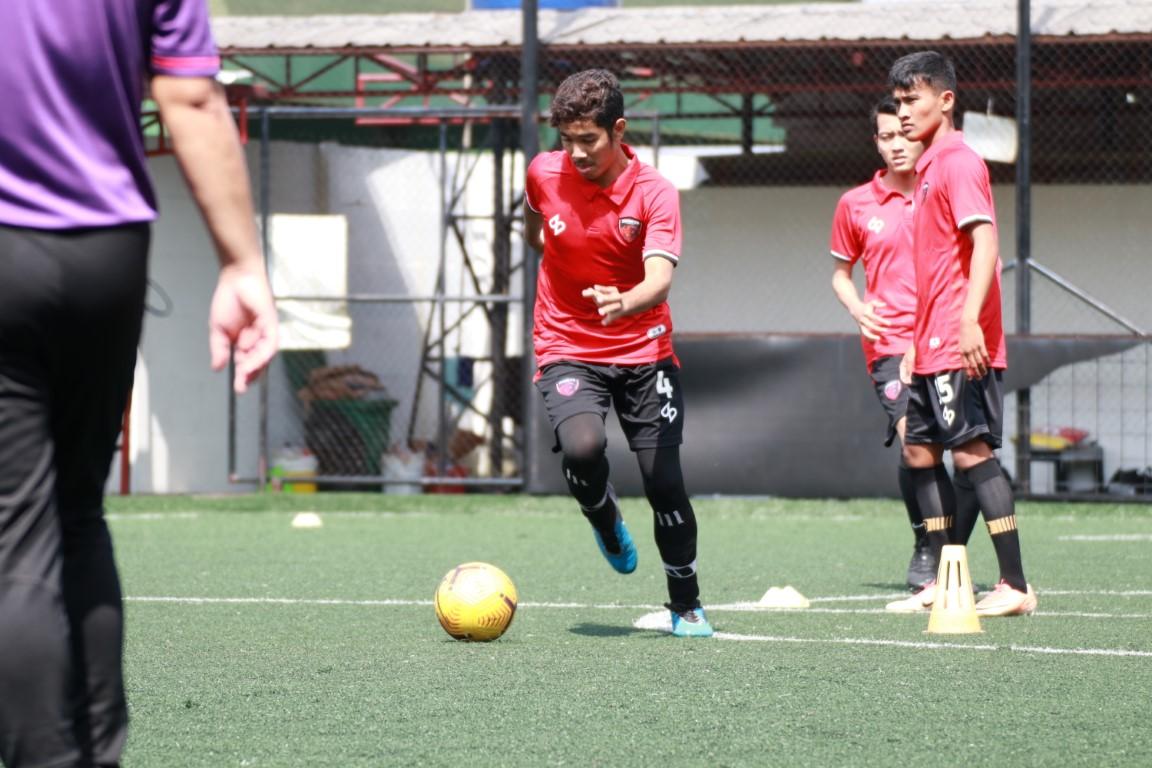 Pemain sepak bola klub Serpong City FC.
