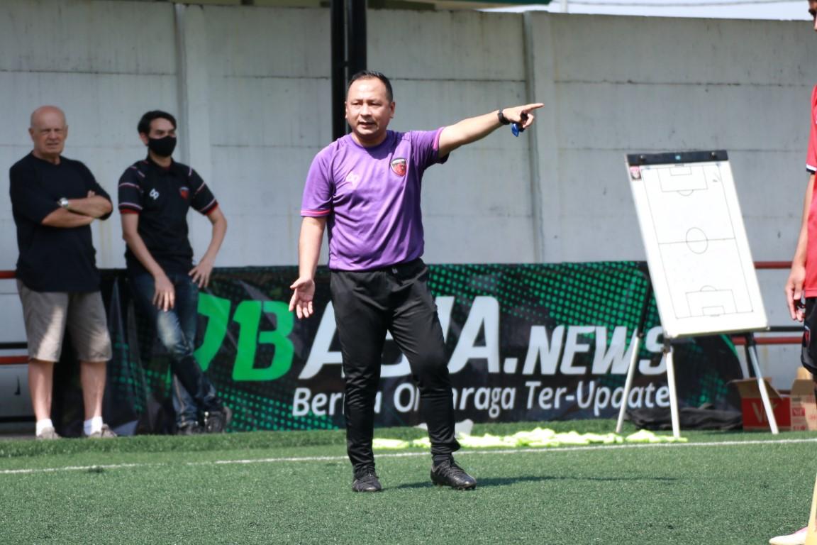 Pelatih sepak bola dari Serpong City FC saat mengarahkan anak didiknya.