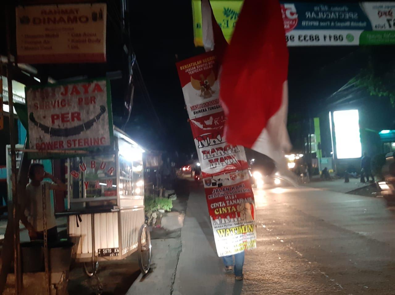 Seorang pria Watimin, 39, pria asal Cilacap, Jawa Tengah berkeliling Indonesia dengan berjalan kaki.