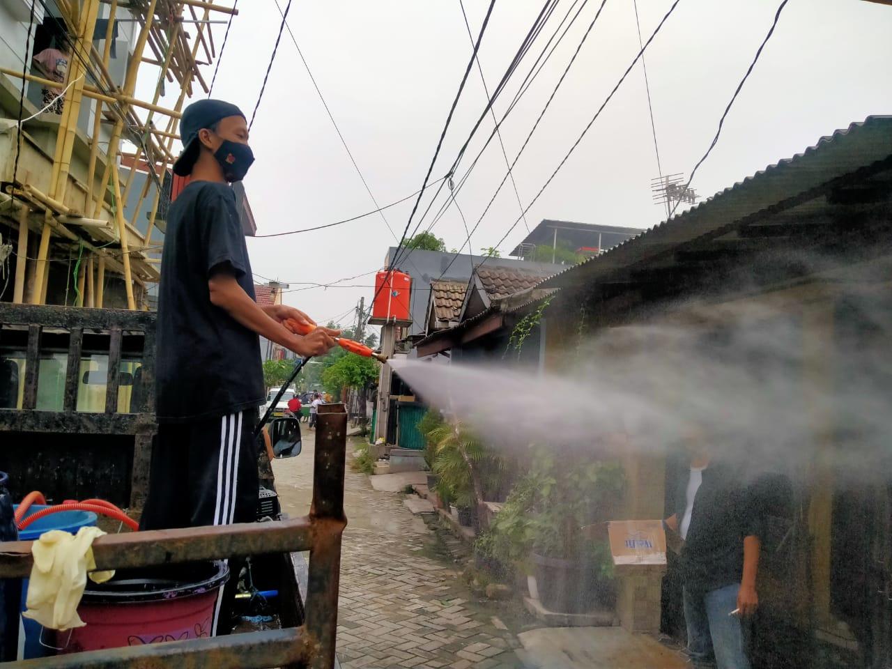 Warga Perumahan Pondok Sejahtera RW 10 Kelurahan Kuta Baru Kecamatan Pasar Kemis, lakukan penyemprotan disinfektan disetiap rumah, Sabtu 19 Juni 2021.