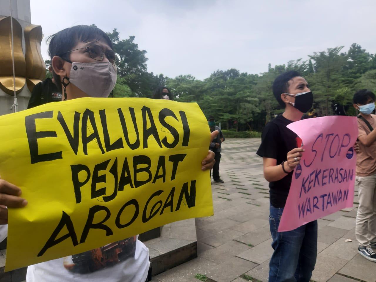 Puluhan jurnalis menggelar aksi solidaritas dengan menggeruduk Kantor Pusat Pemerintahan Kota Tangerang Selatan (Tangsel), Kamis, 24 Juni 2021.