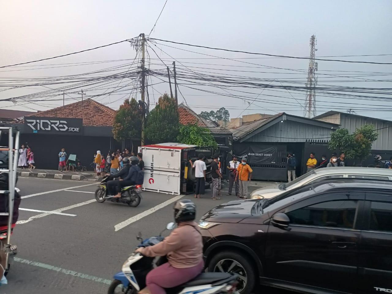 Satu unit mobil ekspedisi yang kecelakaan menabrak rumah saat dievakuasi dengan mobil towing di Jalan Perintis Kemerdekaan, Kelurahan Babakan, Kecamatan Tangerang, Kota Tangerang.