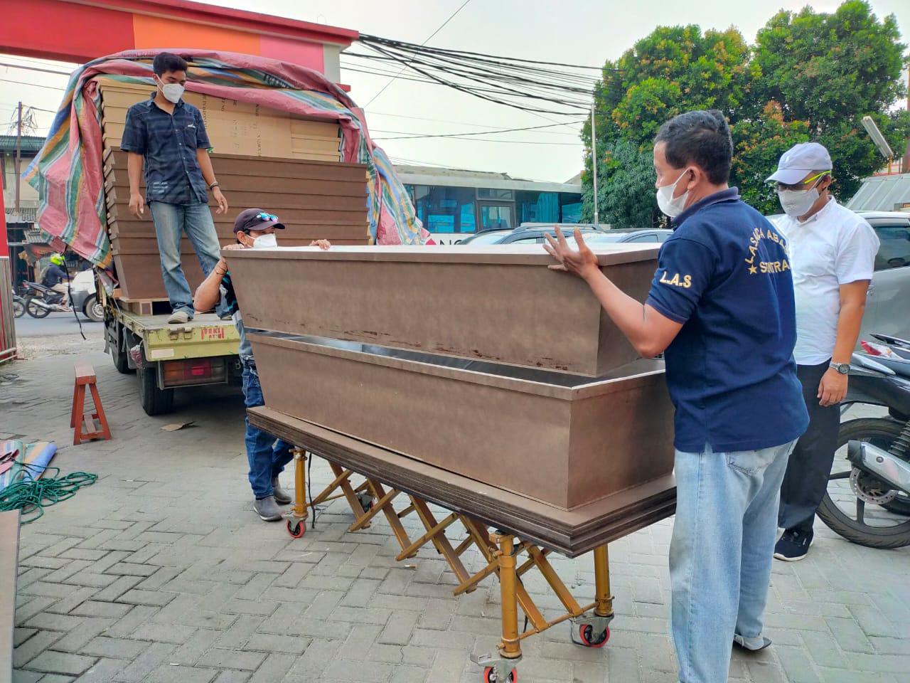 PMI Kabupaten Tangerang menyiapkan peti jenazah yang diperuntuk-kan khusus Pasien COVID-19, Kabupaten Tangerang.
