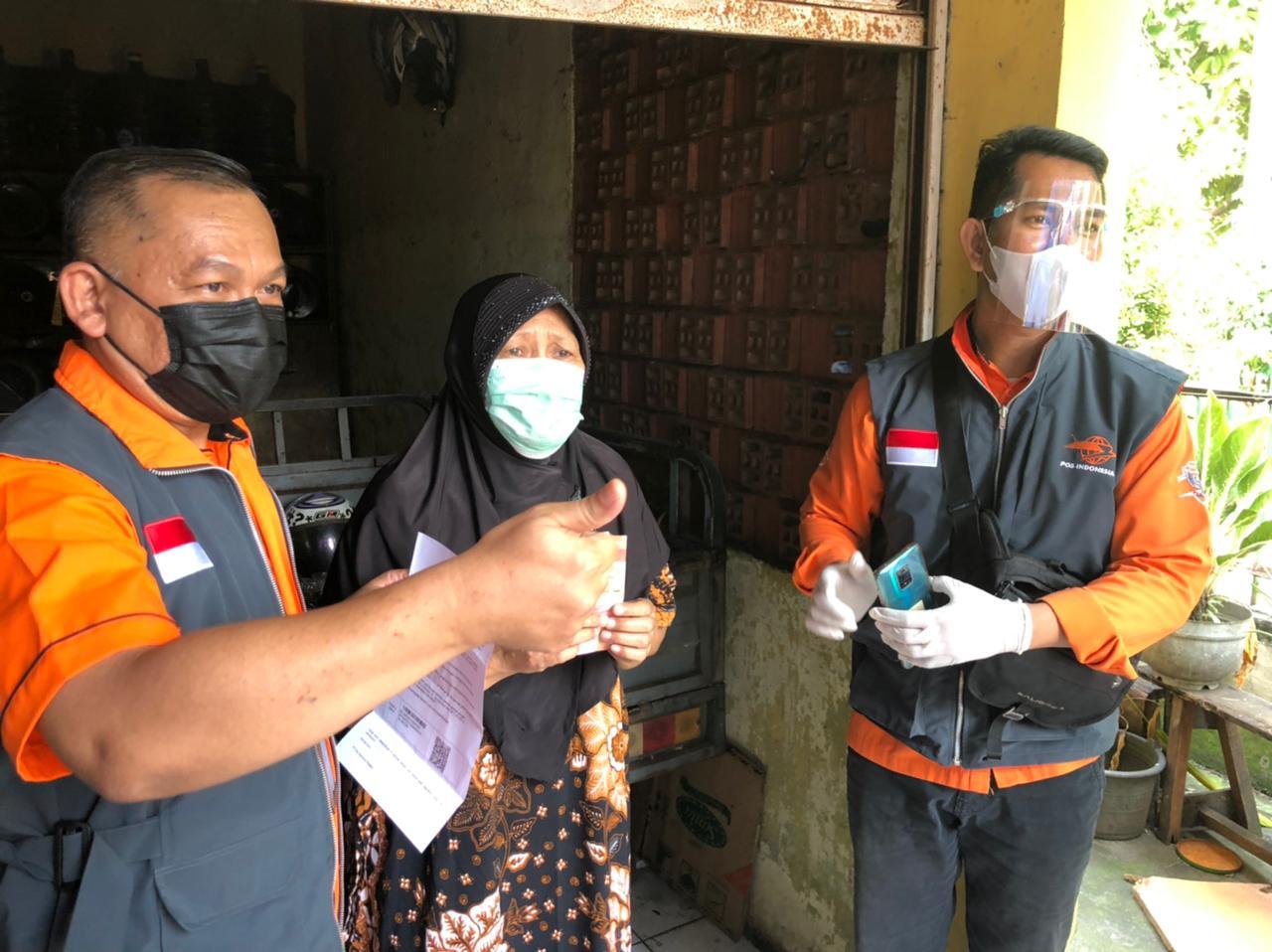 Bantuan sosial tunai (BST) mulai disalurkan pemerintah melalui PT Pos Indonesia bagi warga penerima di Kota Tangerang bertepatan dengan hari raya Idul Adha, Selasa 20 Juli 2021.