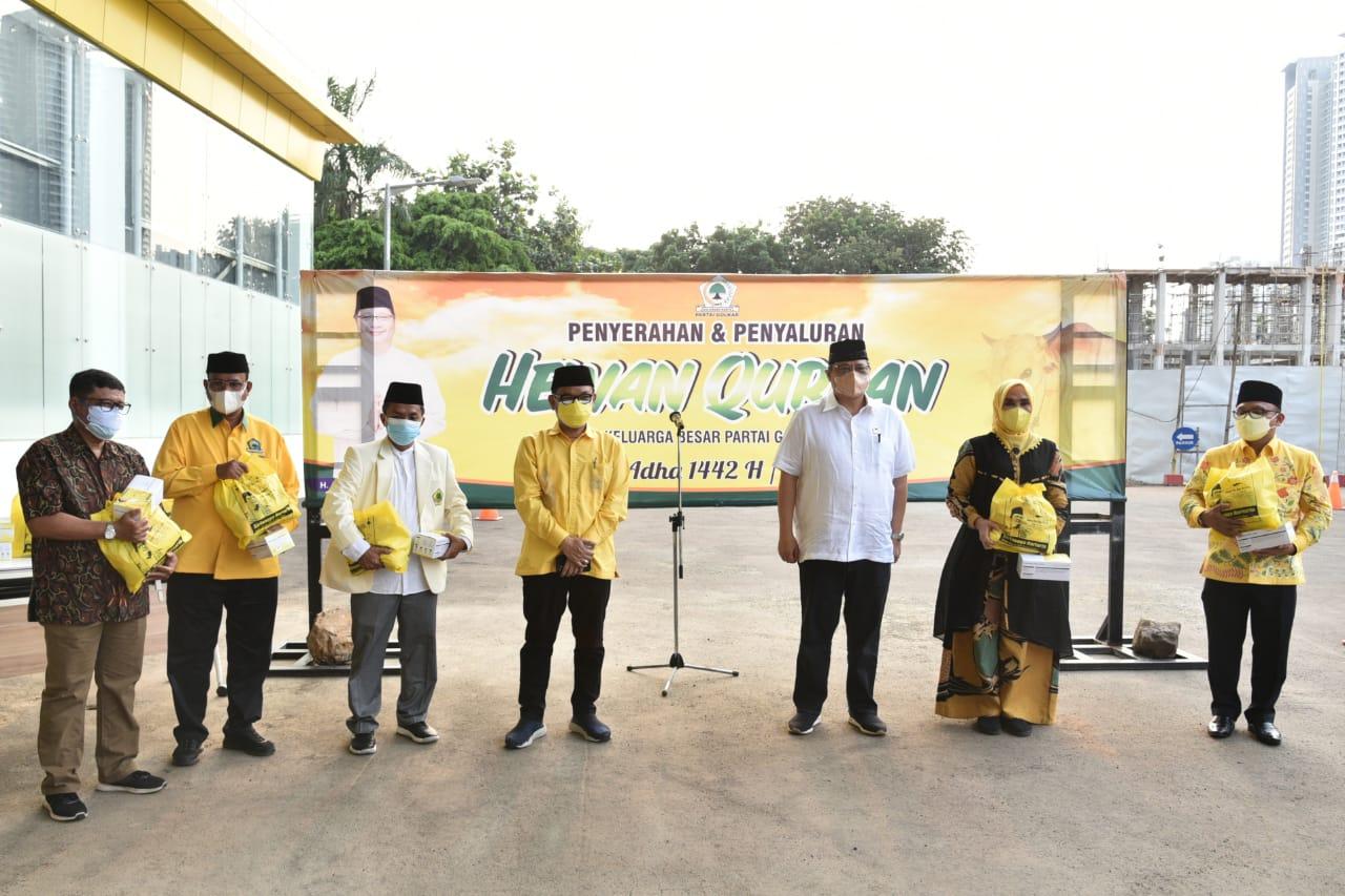 Ketua Umum DPP Partai Golkar Airlangga Hartarto memimpin langsung penyerahan secara simbolis hewan kurban Partai Golkar kepada masyarakat, Rabu 21 Juli 2021.