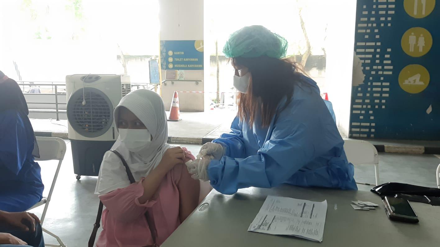 Komando Distrik Militer (Kodim) 0506/Tangerang menggelar vaksinasi massal bagi ribuan masyarakat di Mal Living Word, Alam Sutera, Serpong Utara, Tangerang Selatan, Minggu, 25 Juli 2021.