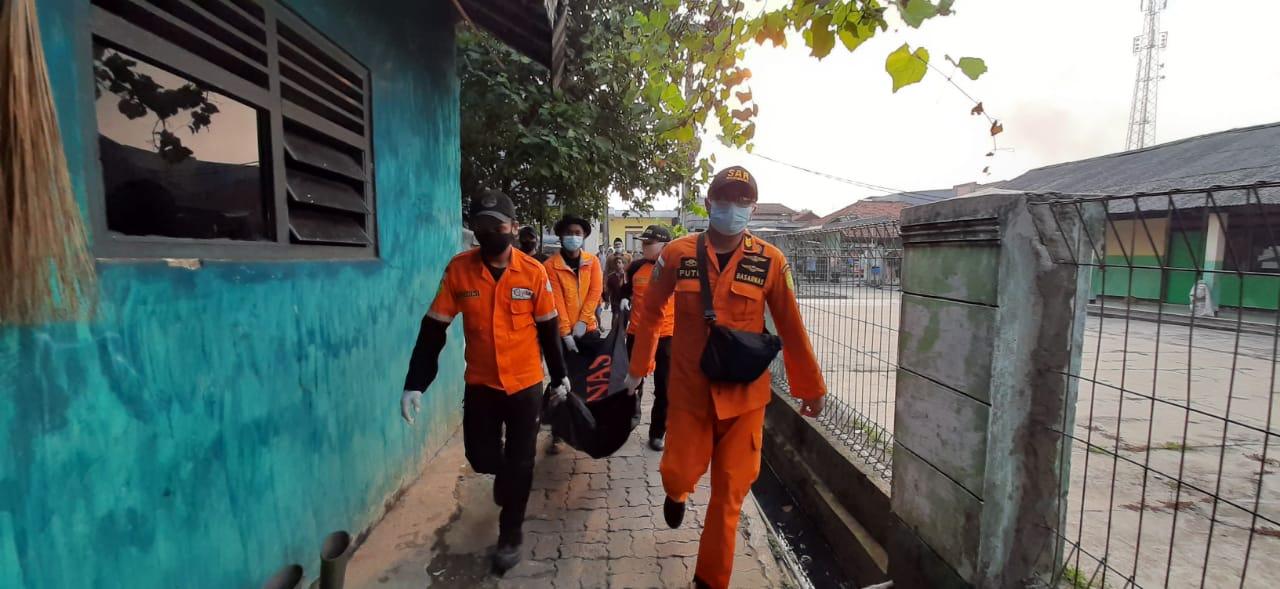 Petugas tim SAR gabungan saat mengevakuasi jasad korban yang tenggelam di danau eks galian pasir, Cikupa, Kabupaten Tangerang, Jumat 30 Juli 2021 sekitar pukul 15.55 Wib.