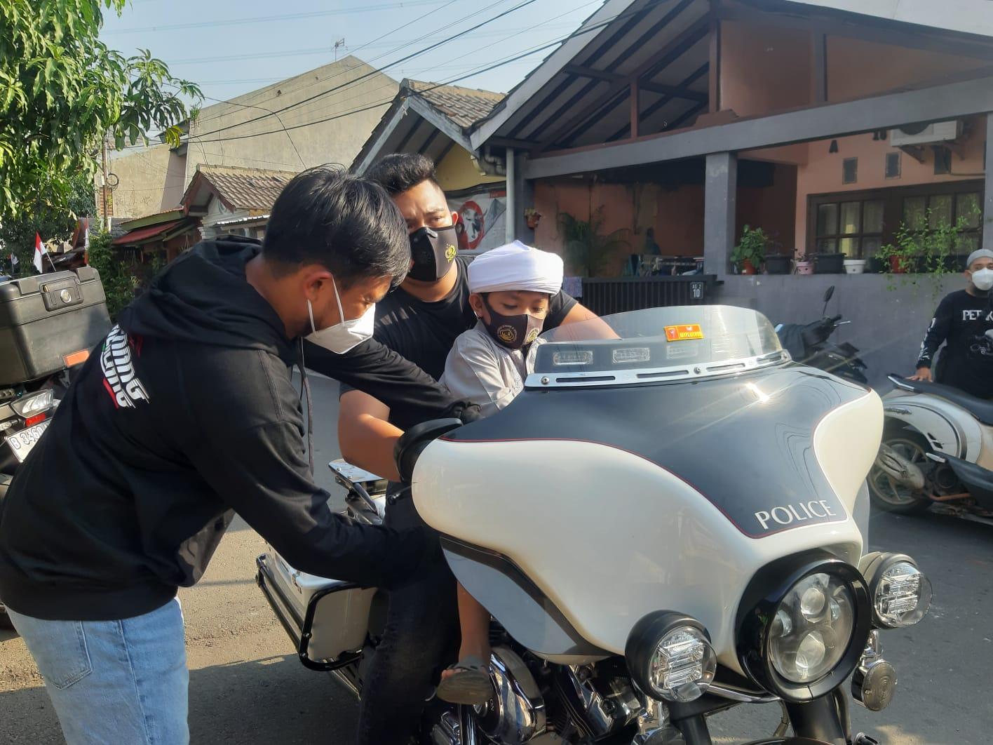 Salah satu perwakilan Komunitas Moge saat memberikan santunan Anak Yatim Piatu yang berlokasi Jalan Pinus Raya, Pamulang Barat, Tangsel pada Jumat, 6 Agustus 2021.