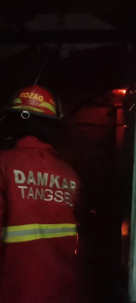 Petugas pemadam kebakaran saat berusaha memadamkan kobaran api di Perumahan Villa Bintaro Regency Blok G5 RT 07 RW 12, Pondok Kacang, Pondok Aren, Tangerang Selatan, pada Kamis, 19 Agustus 2021 malam.