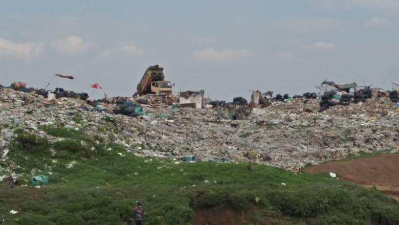 Tempat Pembuangan Akhir Sampah (TPA) liar di sisi Sungai Cisadane, Kecamatan Neglasari, Kota Tangerang, Rabu 1 September 2021.