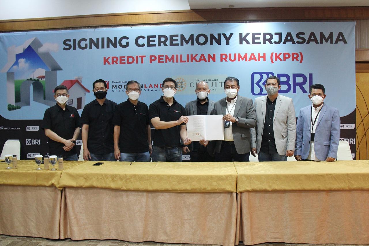 Manajemen BRI bersama PT Modernland Realty Tbk. berswa foto bersama selepas menandatangani kerjasama penyediaan KPR untuk hunian di kawasan Cilejit, Tangerang.