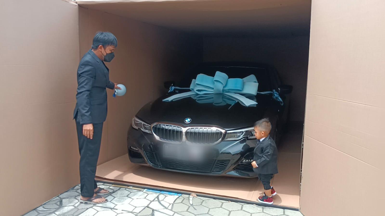 Satu unit mobil mewah seharga Rp1,3 Miliar yang dihadiahkan untuk anaknya, bernama Adli Alfarizi, putera pengusaha ekspedisi,Wahyu Kandacong yang tinggal di Kota Tangerang.
