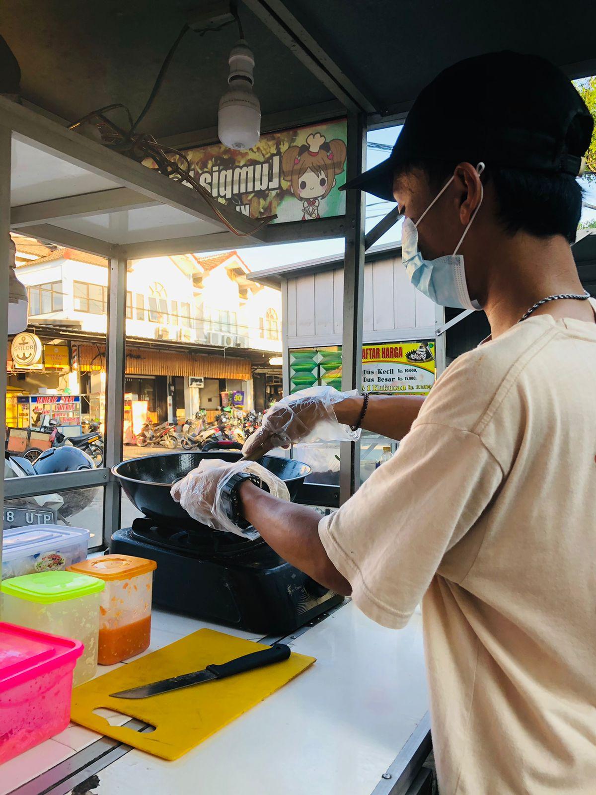 Lumpia Basah Khas Kota Tangerang yang berlokasi di Jalan Poris Indah Jaya, Kecamatan Batu Ceper, Kota Tangerang tepatnya di depan Gang Blok Ambon, Kamis 16 September 2021.