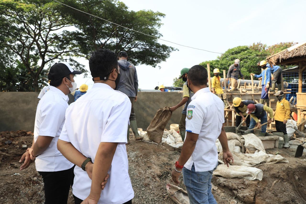 Dinas Pekerjaan Umum dan Penataan Ruang (PUPR) Kota Tangerang proses pembangunan pompa air dalam upaya preventif untuk mencegah terjadinya banjir di lokasi pembangunan pengendalian banjir Kali Ledug, Periuk, Kamis 16 September 2021.