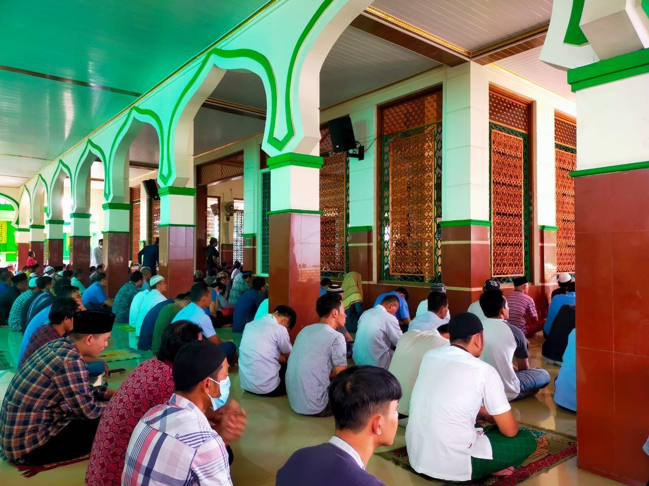 Suasana jamaah Masjid Jami Nurul Iman, Jatake, Kota Tangerang, Banten saat menjalani salat Jum'at.