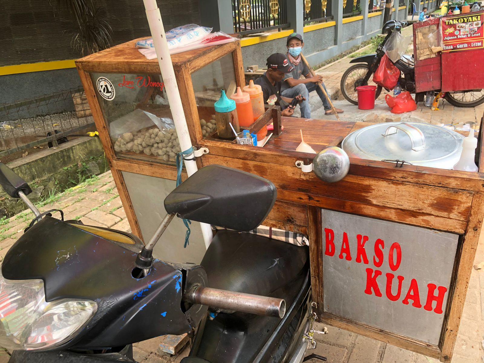Seorang pedagang Yogi, 39 saat berdagang di depan SDN Medang Lestari, Pagedangan, Kabupaten Tangerang, Rabu 22 September 2021.