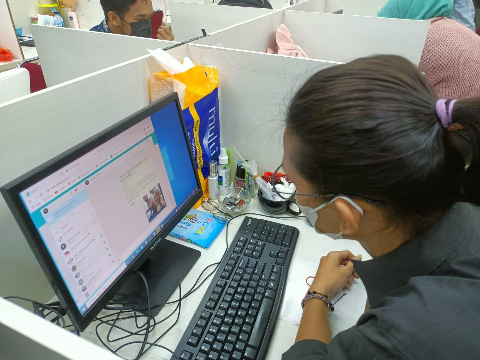 Pekerja pinjol saat mengirimkan gambar pornografi kepada peminjam duit agar membayar tagihannya di rukan pinjol Cipondoh, Kota Tangerang.